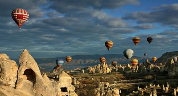 Одночасне ширяння десятків повітряних куль над скелями Каппадокії - видовище грандіозної краси. Фото з журналу National Geographic