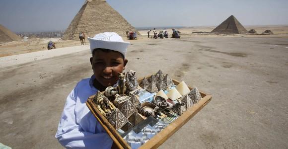 Продавець сувенірів біля пірамід Гізи. Фото Reuters