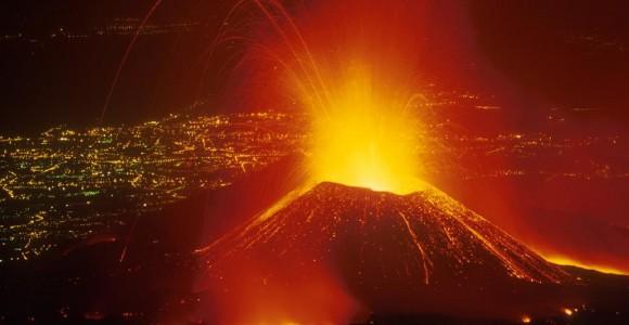 Етна на тлі вогнів нічної Катанії під час виверження 2001 року