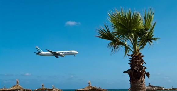 Літак над пляжем Ларнаки