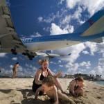 """Найнебезпечніший пляж у світі: на Сен-Мартені туристка загинула, спостерігаючи за злетом """"Боїнга"""""""