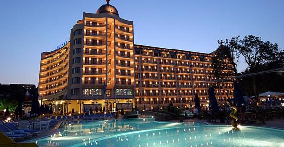 5-звездочный Admiral Hotel на курорте Золотые Пески в Болгарии.  Booking.com показывает, что его стоимость в сутки в августе НА ДВУХ с завтраком - $168