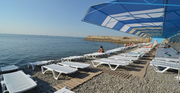 Пустой пляж на Южном берегу Крыма