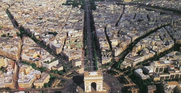 Вид на Париж і його Тріумфальну арку з висоти пташиного польоту
