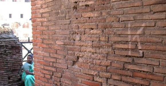 Та самая надпись Казбека Акаева на стене Колизея.  Фото ANSA
