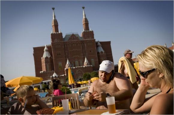Російські туристи біля басейну в турецькій Аланії в готелі на кшталт Кремля  Фото www.nytimes.com