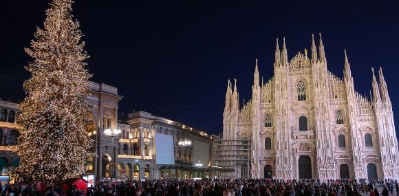 Новорічний натовп на П'яцца Дуомо білязнаменитого Міланського собору