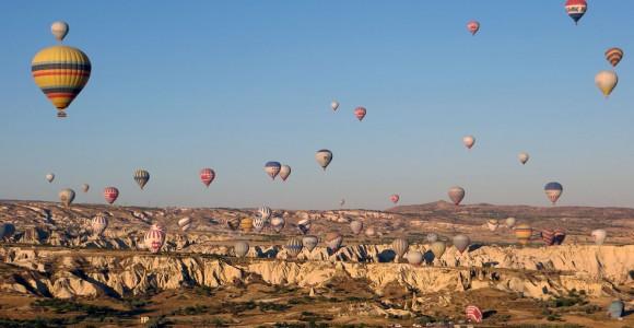 Польоти на повітряних кулях над скелями Каппадокії на світанку - улюблена розвага туристів. Вартість - 100-150 євро за годину