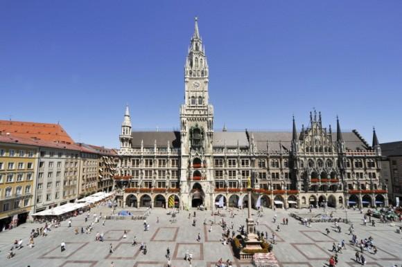 Центральна площа Мюнхена, Марієнплатц, і на ній Нова ратуша