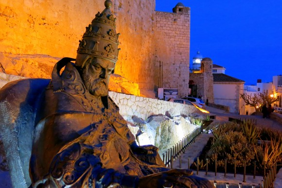 Peniscola_Papa_Luna_statue_old_town_castle (1)