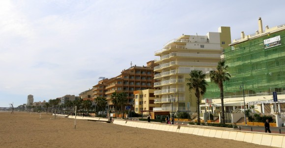 На вулиці Папи Луни (Avinguda del Papa Luna), яка тягнеться понад морем від замку Пенісколи аж до сусіднього містечка Бенікарло, стоять більшість місцевих готелів
