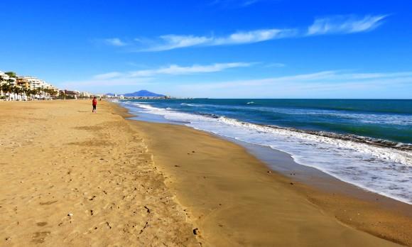 А по завершенні сезону на пляжах Пенісколи - тихо і безлюдно