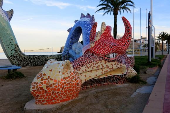 Дракон біля міського пляжу