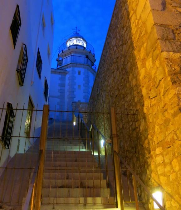 Біля замку Папи Луни стоїть і нині діючий маяк