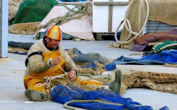 У Пенісколі багато рибалок, яким часто доводиться латати сіті