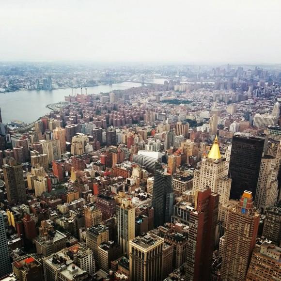 З Емпайр-Стейт-Білдінг, висота якого 381 метр (поверхів - 102) відкривається один із найкрасивіших видів на Нью-Йорк. У ясну погоду горизонт проглядається на відстань до 100 км і більше. Звідси видно чотири сусідні штати. Оглядові майданчики Емпайр-Стейт є одним із найпопулярніших місць паломництва туристів у Нью-Йорку та одними з найбільш відвідуваних оглядових майданчиків у світі