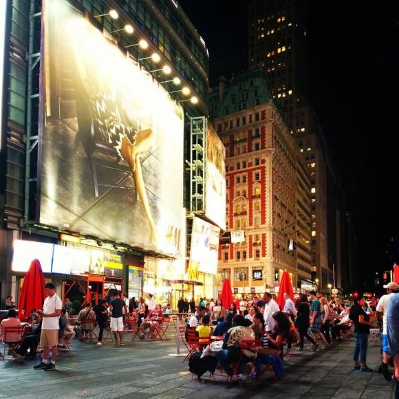 Таймс-сквер - знаменита площа на острові Манхеттен, на перетині Бродвею і 7-ї авеню