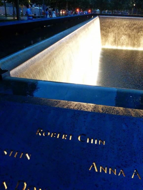 Імена 2983 людей, які загинули 9/11, викарбувані на металевих краях кожного фонтану