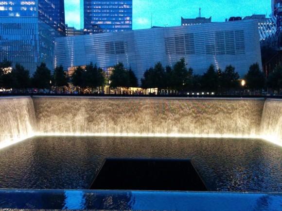 Меморіал на місці Ground Zero - однієї з веж-близнюків Всесвітнього торговельного центру, знищеного терористами 11 березня 2001 року. Тепер тут музей і фонтан-каскад: вода стікає з 9-метрової висоти по гранітних стінах