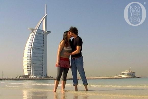 Поцілунок на пляжі біля 60-поверхового готелю-хмарочосу Бурдж-аль-Араб у Дубаї, ОАЕ