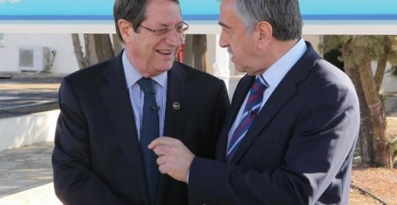 Президент Республіки Кіпр Нікос Анастасіадес (ліворуч) та лідер невизнаної Турецької республіки ПІвнічного Кіпру Мустафа Акинджі