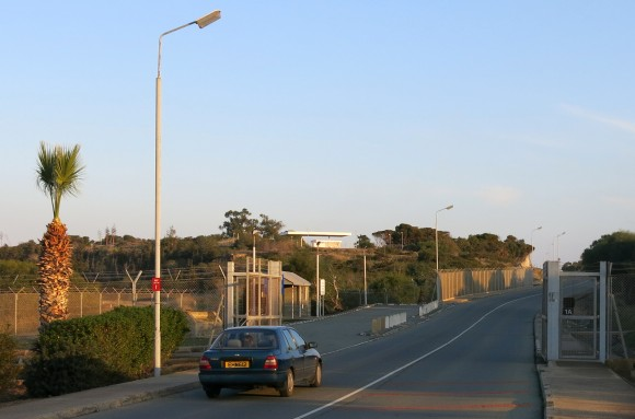 Кіпрські анклави - в глибині бази, а британські чек-пойнти починаються значно раніше по маршруту прямування автобуса
