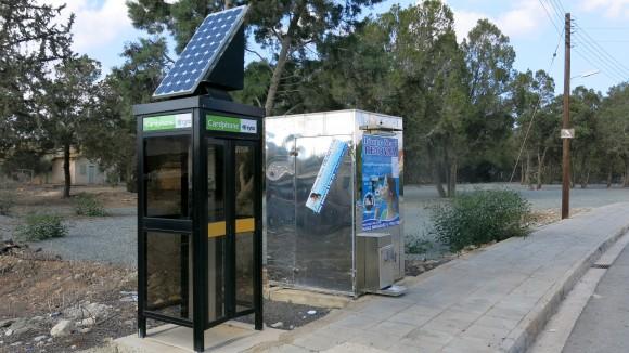 Кіпрський телефон-автомат та автомат для продажу питної води в бутлі неподалік від кінцевої автобуса 425