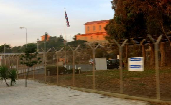 """Прапор """"Юніон Джек"""" за парканом навпроти головного пляжу"""