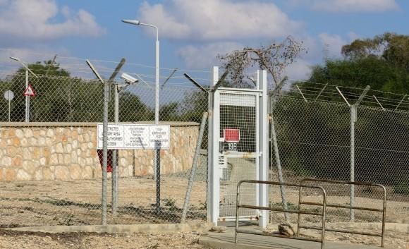 По периметру загородженої території - пронумеровані ворота і двері