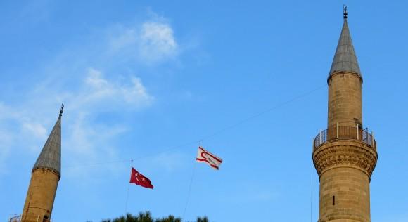 У Північному Кіпрі прапори невизнаної ТРПК висять поруч із прапорами Туреччини