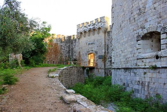 Всередині фортеці на острові Мамула