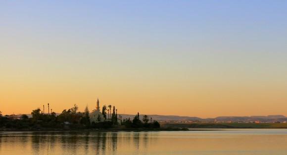 Солоне озеро Ларнаки і вид на мечеть Хала Султан Текке взимку
