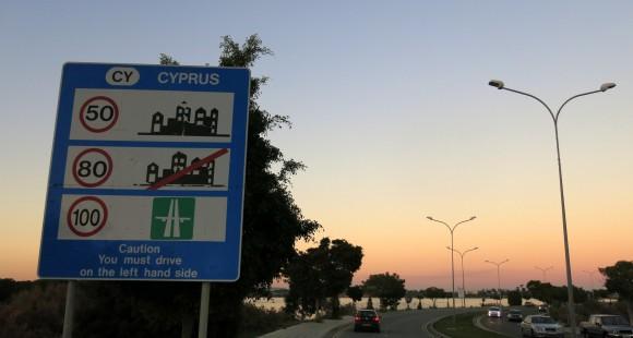 На виїзді з аеропорту прибульцям нагадують, що їхати треба ліворуч, адже у спадок від британських колонізаторів Кіпру дістався лівосторонній рух