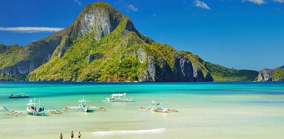 """Філіппіни - архіпелаг із 7107 островів посеред казкового бірюзового моря - чудове місце для відпочинку. Тут кожен знайде для себе заняття до душі й фінансових можливостей. Дайвінг, пляжний відпочинок, екскурсії та сафарі, верхова їзда, рафтинг і прогулянки на каное, гольф, скелелазіння, екотуризм і багато іншого. Крім того, країна популярна секс-туризмом.  Філіппіни нині є третьою за величиною англомовною країною у світі та єдиною країною в Азії, яка сповідує католицизм. Тому країна Філіппіни вважається однією з найбільш """"європеїзованих"""" країн Азії"""