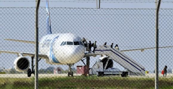 Пасажири, яких відпустив викрадач, виходять із літака Egypt Air в аеропорту Ларнаки. Фото REUTERS