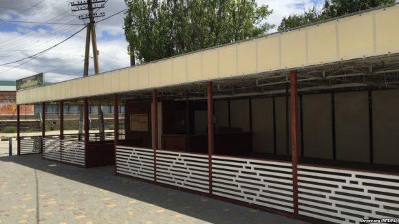Літні кафе стоять закритими