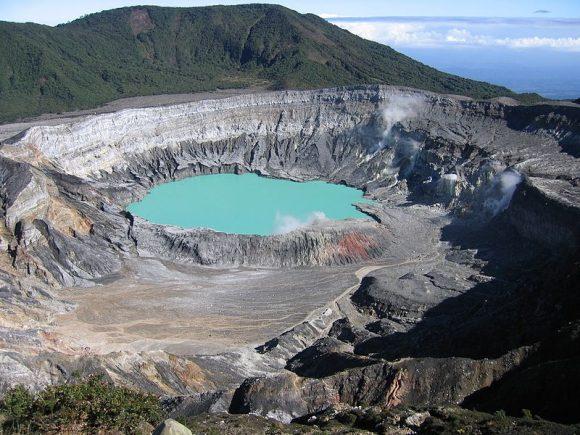 Кратер вулкану Поас у Коста-Ріці, одна з туристичних принад