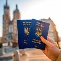 Міжнародний рейтинг паспортів: українці мають право на безвіз у 114 країнах