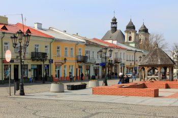Холм - великий повітовий центр Люблінського воєводства за 240 км від Варшави, головне місто Холмщини - етнічної української території